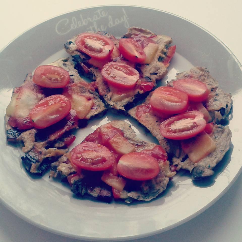 Omlet - pizza w wersji fit. Pomysł na śniadanie białkowo-tłuszczowe